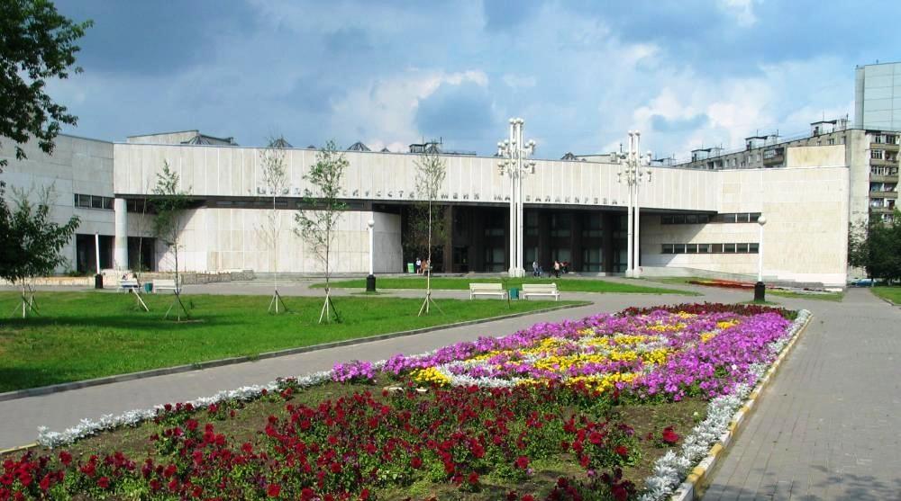 Детская школа искусств им. М.А. Балакирева с территорией перед зданием